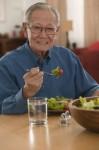Người cao tuổi nên ăn làm nhiều bữa