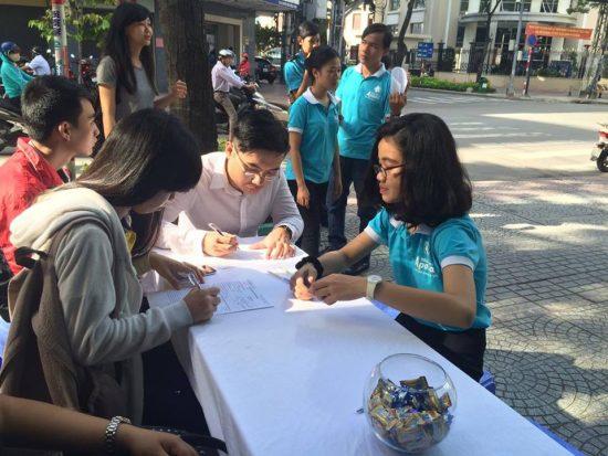 Các bạn sinh viên đến từ sớm để đăng ký tham gia chương trình