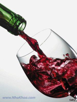 Rượu vang làm xỉn màu răng sau khi tẩy trắng